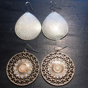 2 pairs of fashion earrings as shown